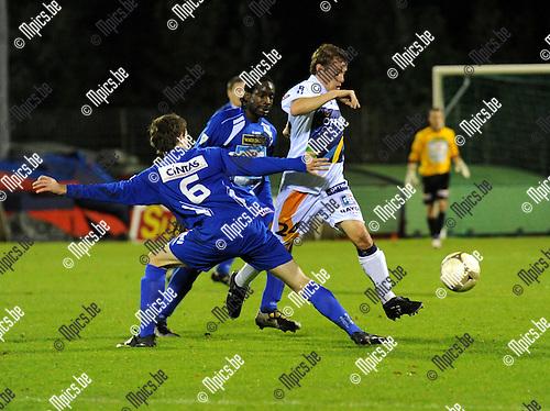 2010-10-23 / Voetbal / seizoen 2010-2011 / KV Turnhout - OH Leuven / Thomas Wils (Turnhout) probeert Wouter Scheelen af te stoppen...Foto: Mpics