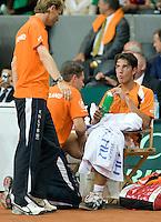21-9-08, Netherlands, Apeldoorn, Tennis, Daviscup NL-Zuid Korea, :  Jesse Huta Galung   being treated during changeover,capain Jan Siemerink left