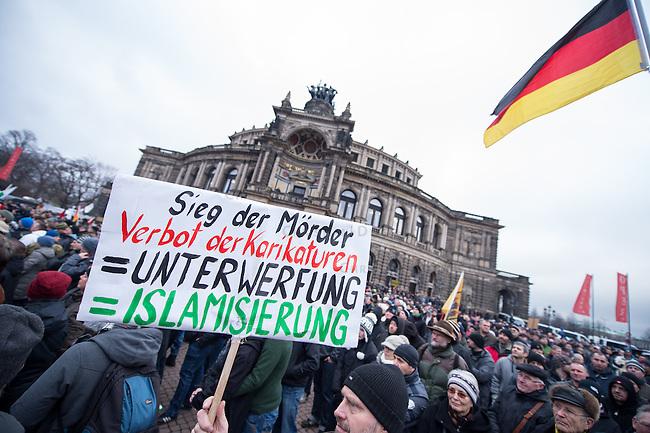 Mehr als 10.000 Anhaengern der rechten Pegida-Dresden versammelten sich am Sonntag den 25. Januar 2015 in Dresden vor der Semper-Oper, unter ihnen etliche militante Hooligans und Neonazis aus dem ganzen Bundesgebiet sowie Rechte, die eigens aus Belgien und Daenemark angereist waren. Hooligans mit Ordnerbinden kooperierten nach Polizeiangaben mit den Beamten und kontrollierten die Presseausweise von Medienvertretern.<br /> Ca. 2.000 Menschen protestierten gegen den Aufmarsch der Rechten.<br /> 25.1.2015, Dresden<br /> Copyright: Christian-Ditsch.de<br /> [Inhaltsveraendernde Manipulation des Fotos nur nach ausdruecklicher Genehmigung des Fotografen. Vereinbarungen ueber Abtretung von Persoenlichkeitsrechten/Model Release der abgebildeten Person/Personen liegen nicht vor. NO MODEL RELEASE! Nur fuer Redaktionelle Zwecke. Don't publish without copyright Christian-Ditsch.de, Veroeffentlichung nur mit Fotografennennung, sowie gegen Honorar, MwSt. und Beleg. Konto: I N G - D i B a, IBAN DE58500105175400192269, BIC INGDDEFFXXX, Kontakt: post@christian-ditsch.de<br /> Bei der Bearbeitung der Dateiinformationen darf die Urheberkennzeichnung in den EXIF- und  IPTC-Daten nicht entfernt werden, diese sind in digitalen Medien nach &sect;95c UrhG rechtlich geschuetzt. Der Urhebervermerk wird gemaess &sect;13 UrhG verlangt.]