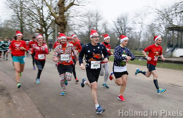 Nederland  Amsterdam 2016. Ugly Sweater Run. Hardlopen in het Vondelpark in je lelijkste Kersttrui.  Foto Berlinda van Dam / Hollandse Hoogte
