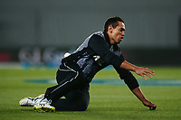 Ross Taylor of New Zealand drops a catch. New Zealand Black Caps v Australia, Final of Trans-Tasman Twenty20 Tri-Series cricket. Eden Park, Auckland, New Zealand. Wednesday 21 February 2018. © Copyright Photo: Anthony Au-Yeung / www.photosport.nz