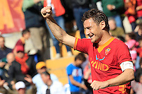 Calcio, Serie A: Roma-Fiorentina. Roma, stadio Olimpico, 25 aprile 2012. Il capitano della Roma Francesco Totti esulta dopo aver segnato il momentaneo pareggio..AS Roma forward Francesco Totti celebrates after scoring during the Italian Serie A football match between AS Roma and Fiorentina, at Rome Olympic stadium, 25 april 2012..UPDATE IMAGES PRESS/Riccardo De Luca
