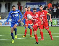 FC GULLEGEM - FC RUPEL BOOM :<br /> Jens Decoster (M) ontzet de bal voor de aankomende Jason Adesanya (L) voor de ogen van Jenci Dejonghe (R)<br /> <br /> Foto VDB / Bart Vandenbroucke