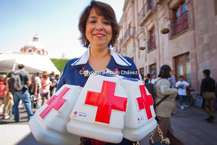 Quer&eacute;taro, Qro. 21 marzo 2014. La Cruz Roja mexicana, delegaci&oacute;n quer&eacute;taro, realizar&aacute; la colecta anual del 21 de marzo al 27 de abril y tiene la meta de recaudar 16 millones de pesos en el estado.<br /> <br /> Durante la ceremonia, realizada en el Jard&iacute;n Guerrero, la se&ntilde;ora Sandra Albarr&aacute;n, Presidenta del Patronato del SEDIF y Presidenta Honoraria de la Cruz Roja Mexicana en el Estado, tambi&eacute;n hizo entrega de cuatro ambulancias y equipo de rescate para la Delegaci&oacute;n Cruz Roja de Jalpan de Serra y Santiago de Quer&eacute;taro.<br /> <br /> <br /> al t&eacute;rmino del evento, arrib&oacute; el Gobernador del Estado, Jos&eacute; Eduardo Calzada Rovirosa, quien deposit&oacute; su donativo en las alcanc&iacute;as de la Cruz Roja e hizo un recorrido por la Unidad de Rescate entregada minutos antes<br /> <br /> Cabe recordar que en la colecta 2013 de la Cruz Roja se recaudaron 14 millones 700 mil pesos, con los que se gener&oacute; la apertura de las Delegaciones de Cruz Roja en Ezequiel Montes, Pedro Escobedo, Huimilpan, Corregidora y El Marqu&eacute;s; as&iacute; como la habilitaci&oacute;n de una nueva aula en la Delegaci&oacute;n Santiago de Quer&eacute;taro. <br /> <br /> <br /> De manera divertida, unos novios que reci&eacute;n se casaban en el registro civil de la delegaci&oacute;n centro hist&oacute;rico, decidieron tomar una ambulancia como set para sus fotograf&iacute;as de bodas.<br /> <br /> <br /> Foto: Demian Ch&aacute;vez / Obture Press Agency.