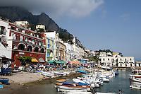 Häuser am Hafen in Marina Grande, Capri, Italien