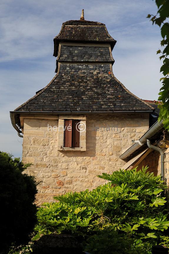 France, Corrèze (19), Saint-Robert, classé Plus Beaux Villages de France, pigeonnier du XVIIe siècle accolé à une maison