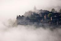 Europe/Europe/France/Midi-Pyrénées/46/Lot/Loubressac: Vue aérienne du  village fortifié sur son piton rocheux avec son manoir et l'église Saint-Jean-Baptiste - Perché sur un promontoire d'où l'on jouit d'un superbe panorama sur la vallée de la Dordogne - Vue aérienne à l'aube- Plus beaux Villages de France