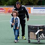 DEN HAAG - een van de kinderen van Max Caldas,   na  de trainingswedstrijd hockey Nederland-Argentinie (1-2). rechts assistent Taco vd Honert.  COPYRIGHT KOEN SUYK