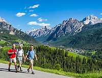 Italien, Suedtirol (Trentino - Alto Adige), Enneberg Pfarre, Ortsteil Hof (ladinisch Curt) mit Filialkirche, Naturpark Fanes-Sennes-Prags, im Hintergrund St. Vigil in Enneberg und die Pragser Dolomiten | Italy, South Tyrol (Trentino - Alto Adige), Pieve di Marebbe, district Curt with subsidiary church, Fanes-Sennes-Prags Nature Park, at background San Vigilio di Marebbe and Prags Dolomites (Dolomiti di Braies)