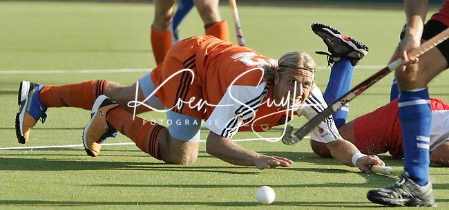 NLD-20050829-Leipzig-EK HOCKEY Nederland-Polen (2-1). Roderick weusthof verliest, na een duel met de Pool Wladysiak, aan een andere Poolse verdediger.