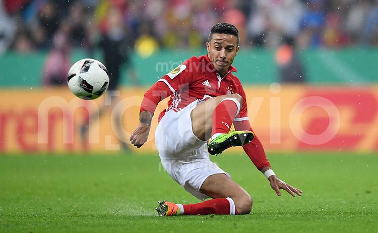 Fussball  DFB Pokal  Halbfinale  Saison 2016/2017    FC Bayern Muenchen - Borussia Dortmund       26.04.2017 Thiago Alcantara (FC Bayern Muenchen)