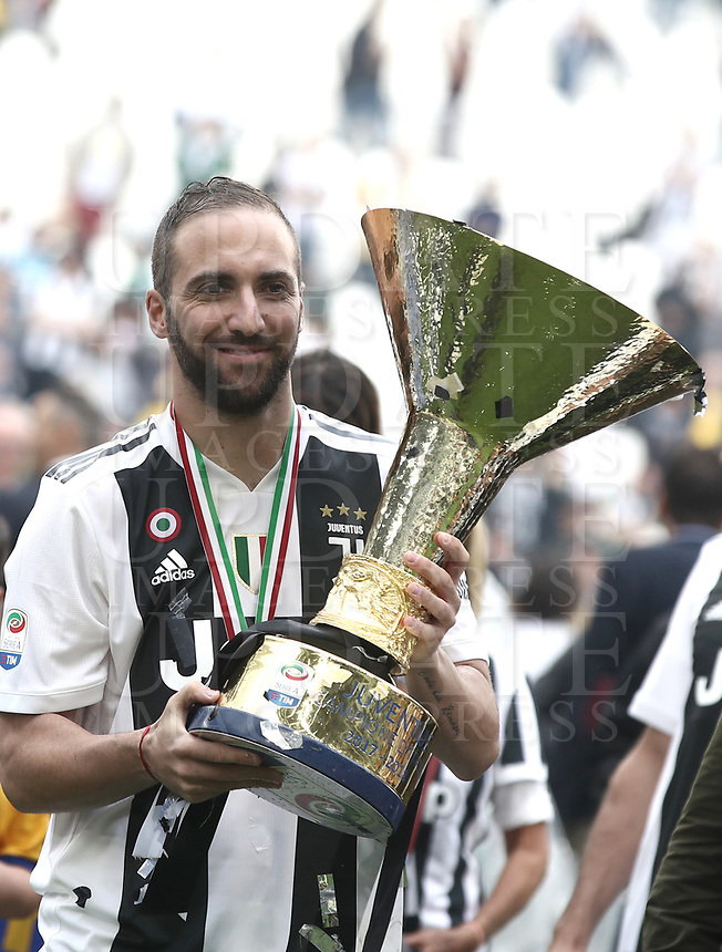 Calcio, Serie A: Juventus - Hellas Verona, Torino, Allianz Stadium, 19 maggio, 2018.<br /> Juventus' Gonzalo Higuain celebrates with the trophy during the victory league ceremony at Torino's Allianz stadium, 19 May, 2018.<br /> Juventus won their 34th Serie A title (scudetto) and seventh in succession.<br /> UPDATE IMAGES PRESS/Isabella Bonotto
