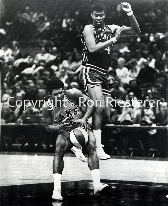 Oakland Oaks vs Kentucky Colonels, Gene Moore and #15 Warren Jabali .( Mar 3,1969 photo by Ron Riesterer/photoshelter)