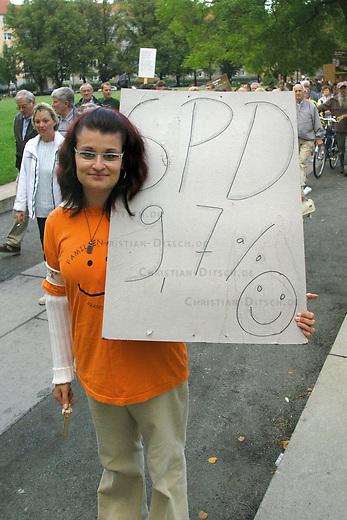 Montagsdemonstration gegen Hartz IV<br /> Etwa 400 Menschen demonstrierten am Montag den 30. August 2004 in Potsdam gegen die Hartz IV-Gesetze. Anmelder der Montagsdemonstrationen ist die Familienpartei, die sich dadurch Stimmen bei der brandenburgischen Landtagswahl im September 2004 erhofft.<br /> Hier: Demonstrationsteilnehmerin mit einem Plakat &quot;SPD 9,7 %&quot;, einer Anspielung auf ein erhofftes Wahlergebnis bei der Landtagswahl.<br /> 30.8.2004, Potsdam<br /> Copyright: Christian-Ditsch.de<br /> [Inhaltsveraendernde Manipulation des Fotos nur nach ausdruecklicher Genehmigung des Fotografen. Vereinbarungen ueber Abtretung von Persoenlichkeitsrechten/Model Release der abgebildeten Person/Personen liegen nicht vor. NO MODEL RELEASE! Nur fuer Redaktionelle Zwecke. Don't publish without copyright Christian-Ditsch.de, Veroeffentlichung nur mit Fotografennennung, sowie gegen Honorar, MwSt. und Beleg. Konto: I N G - D i B a, IBAN DE58500105175400192269, BIC INGDDEFFXXX, Kontakt: post@christian-ditsch.de<br /> Bei der Bearbeitung der Dateiinformationen darf die Urheberkennzeichnung in den EXIF- und  IPTC-Daten nicht entfernt werden, diese sind in digitalen Medien nach &sect;95c UrhG rechtlich geschuetzt. Der Urhebervermerk wird gemaess &sect;13 UrhG verlangt.]
