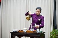 Il rituale del te in una antica fabbrica di t&egrave;.<br /> Tea ritual in a tea factory.