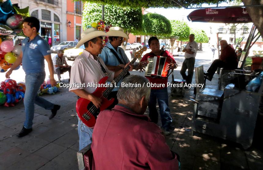 Querétaro, Qro. 17 de octubre 2014.- Un grupo musical ameniza la labor de los boleros del jardín Zenea entonando corridos mexicanos. Foto: Alejandra L. Beltrán