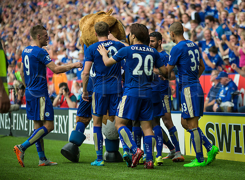 22.08.2015. Leicester, England. Barclays Premier League. Leicester City versus Tottenham Hotspur. The Leicester City player celebrate with the mascot after scoring to bring the score to 1-1.