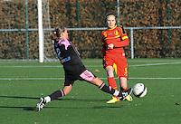 Belgian Red Flames - Arras (FR):<br /> <br /> Jennifer Bouchenna (L) probeert een voorzet van Lorca Van De Putte (R) te onderscheppen<br /> <br /> foto Dirk Vuylsteke / Nikonpro.be