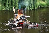 Nederland  Den Bosch  2016. De Bosch Parade op rivier de Dommel. De Bosch Parade is een evenement in 's-Hertogenbosch. De optocht bestaat uit varende kunstwerken. Alle werken zijn geïnspireerd op de kunst van Jheronimus Bosch. Vaartuig Vlammende Lusten, Knallende Lasten.  Foto  Berlinda van Dam / Hollandse Hoogte