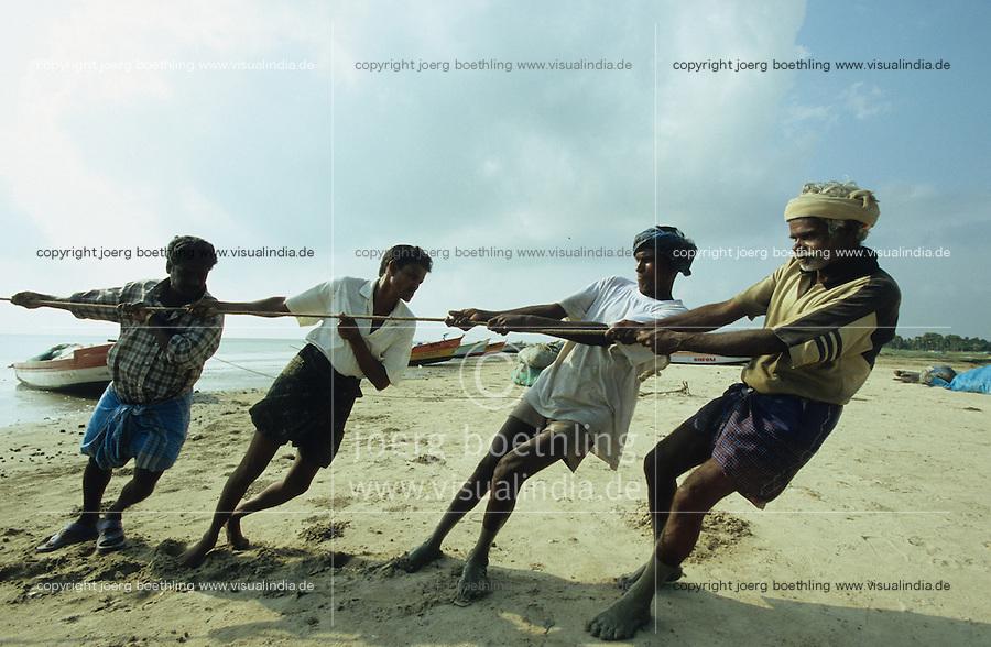 INDIA Tamil Nadu Nagapattinam, Tsunami emergency aid in fisherman village, people receive new fishing net and boat / INDIEN Tamil Nadu Nagapattinam, Fischerdorf Vilundamavadi, Fischer erhalten neue Boote und Netze nach dem Tsunami