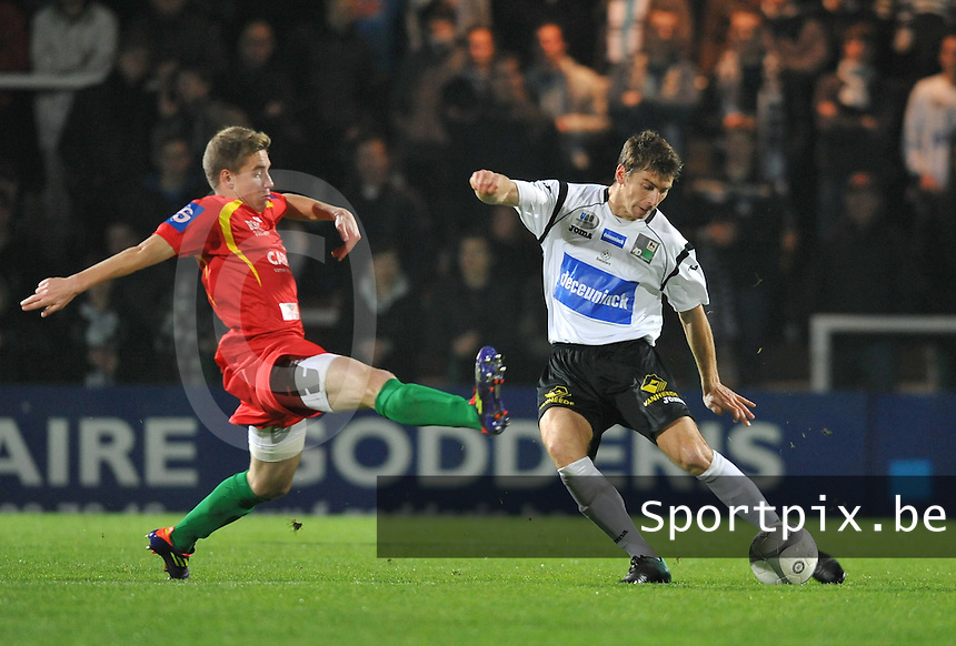 KSV Roeselare - KV Oostende : Sergiy Serebrennikov aan de bal voor Michiel Jonckheere.foto VDB / BART VANDENBROUCKE