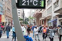 SÃO PAULO-SP-22,10,2014- CLIMA TEMPO SÃO PAULO - A Temperatura na Capital paulista está em média de 22°,sob massa de ar seco e com a 1° Zona de Convergência de umidade da Primavera,o tempo segue nublado.Sem previsão de chuva para hoje.Local:Praça da República/ Avenida São João.Região Central da cidade de São Paulo, no começo da tarde dessa Quarta-Feira,22(Foto:Kevin David/Brazil Photo Press)