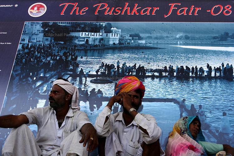 08.11.2008 Pushkar(Rajasthan)<br /> <br /> People looking horse race in the stadium during the fair.<br /> <br /> Personnes regardant une course de chevaux dans le stade pendant la foire.