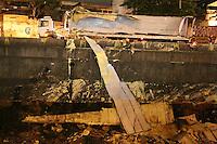 """SAO PAULO, SP, 18/05/2012, ACIDENTE AV DO ESTADO.<br /> <br /> Uma carreta tombou na Av. do Estado altura do nº 6.400, derrubando uma carga de """"gordura vegetal"""" dentro do Rio Tamaduatei, o motorista ficou ferido e teve de ser socorrido ao hospital.<br /> <br />  Luiz Guarnieri/ Brazil Photo Press"""