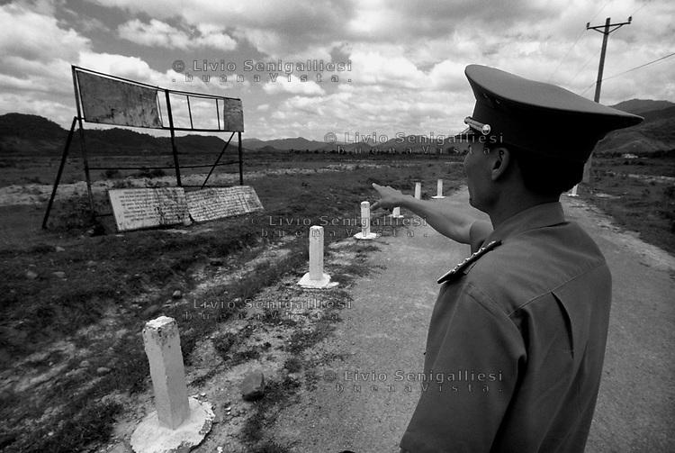 Dong Son / Valle di A-Luoi / confine Laos Vietnam - Conseguenze guerra chimica. Dopo 40 anni dalla fine del conflitto la catastrofe ambientale e sociale &egrave; ancora evidente in alcune aree rurali altamente inquinate dalla diossina come la Valle di A-Luoi, ad ovest di Hu&egrave;, nei pressi della frontiera col Laos.Qui la vita degli abitanti - gruppi minoritari di etnia Pa Co - &egrave; molto difficile.Un grande cartello all'entrata del villaggio di Dong Son ricorda il pericolo di contaminazione: vietato coltivare e bere l'acqua dei pozzi.Gli scienziati che studiano gli effetti devastanti della diossina sulla natura e le popolazioni che vivono lungo il 'Sentiero di Ho Chi Minh' hanno coniato un termine: ecocidio.<br /> Foto Livio Senigalliesi.<br /> Dong Son / A-Luoi Valley / Laos - Vietnam border.<br /> Consequenses of the war in Vietnam 40 years later.The environmental and social disaster is still evident in some rural areas highly polluted by dioxine, like the Valley of A-Luoi, west of Hu&egrave;, close to the border with Laos. Here the life of the inhabitants, of the ethnic minority Pa Co, is very hard. A large sign at the entrance of the village of Dong Son reminds of the danger of contamination: it is forbidden to cultivate and to drink water from the wells.<br /> Photo Livio Senigalliesi