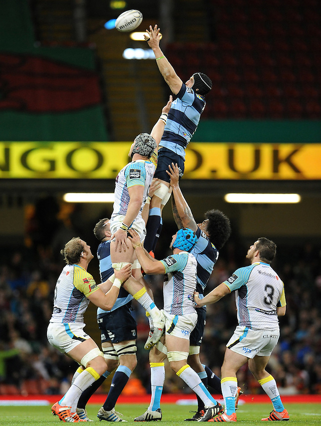 Cardiff Blues' Sam Warburton wins the line out <br /> <br /> Photographer Ian Cook/CameraSport<br /> <br /> Rugby Union - Guinness PRO12 - Saturday 25th April 2015 - Cardiff Blues v Ospreys - Millennium Stadium - Cardiff<br /> <br /> &copy; CameraSport - 43 Linden Ave. Countesthorpe. Leicester. England. LE8 5PG - Tel: +44 (0) 116 277 4147 - admin@camerasport.com - www.camerasport.com