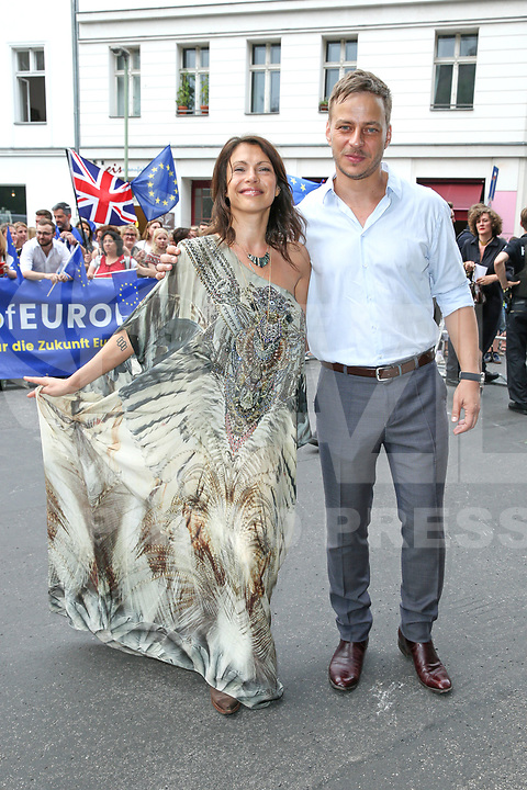 BERLIN, ALEMANHA, 20.07.2017 - KATE-WILLIAM - Tom Wlaschiha, Jana Pallaske durante visita do principe William e da duquesa de Catherine em Claerchens Ballhaus em Berlin capital da Alemanha nesta quinta-feira, 20. (Foto: Georg Wenzel/Brazil Photo Press)