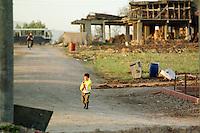 Nach dem Erdbeben im August in der Tuerkei leben tausende Menschen in Zeltlagern und Behilfszelten.<br /> Hier: Ein Kind geht in Yuvacik-Koey durch die zerstoerten Reste des Dorfes.<br /> 13.10.1999, Yuvacik-Koey/Tuerkei<br /> Copyright: Christian-Ditsch.de<br /> [Inhaltsveraendernde Manipulation des Fotos nur nach ausdruecklicher Genehmigung des Fotografen. Vereinbarungen ueber Abtretung von Persoenlichkeitsrechten/Model Release der abgebildeten Person/Personen liegen nicht vor. NO MODEL RELEASE! Nur fuer Redaktionelle Zwecke. Don't publish without copyright Christian-Ditsch.de, Veroeffentlichung nur mit Fotografennennung, sowie gegen Honorar, MwSt. und Beleg. Konto: I N G - D i B a, IBAN DE58500105175400192269, BIC INGDDEFFXXX, Kontakt: post@christian-ditsch.de<br /> Bei der Bearbeitung der Dateiinformationen darf die Urheberkennzeichnung in den EXIF- und  IPTC-Daten nicht entfernt werden, diese sind in digitalen Medien nach §95c UrhG rechtlich geschützt. Der Urhebervermerk wird gemaess §13 UrhG verlangt.]