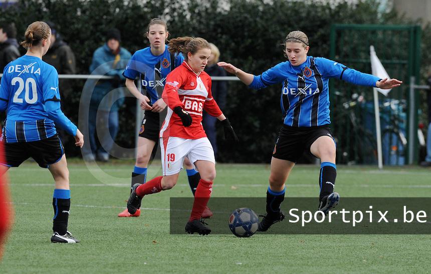 Club Brugge Dames - Standard Fémina : Davina Philtjens aan de bal voor de verdedigende Berdien Van Den Driessche  (rechts).foto VDB / BART VANDENBROUCKE