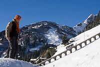 CHE, Schweiz, Kanton Bern, Berner Oberland, Muerren: Allmendhubelbahn (Standseilbahn) - Frau beim Winterspaziergang | CHE, Switzerland, Canton Bern, Bernese Oberland, Muerren: Allmendhubel funicular
