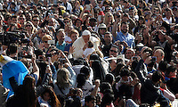 Papa Francesco bacia un bambino al suo arrivo all'udienza generale del mercoledi' in Piazza San Pietro, Citta' del Vaticano, 6 aprile 2016.<br /> Pope Francis kisses a baby as he arrives to attend his weekly general audience in St. Peter's Square at the Vatican, 6 April 2016.<br /> UPDATE IMAGES PRESS/Isabella Bonotto<br /> <br /> STRICTLY ONLY FOR EDITORIAL USE
