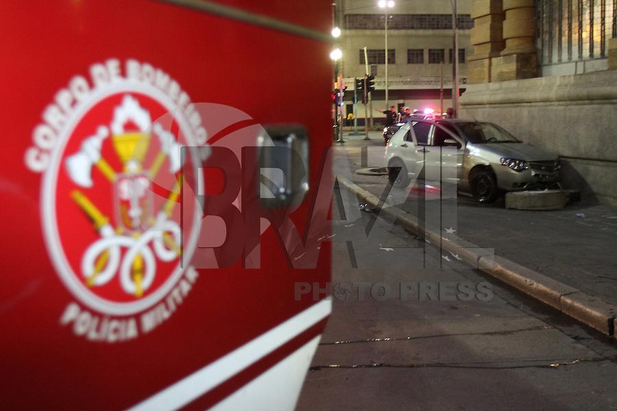 SÃO PAULO, SP, 20/02/2012, ACIDENTE PÇA RAMOS DE AZEVEDO.<br /> <br />  Um veiculo que trafegava na Pça Ramos de Azevedo  capotou e bateu contra a lateral da escada do Teatro Municipal na manhã de hoje (20).<br />  O motorista aparentava sinais de embriaguez, juntamente com o outro passageiro, ambos não se feriram.<br /> <br />  Luiz Guarnieri/ Brazil Photo Press