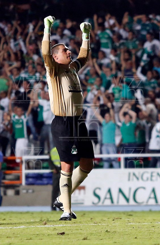 CALI - COLOMBIA-04-12-2013: Farid Mondragon jugador del Deportivo Cali celebra el gol anotado durante partido en el estadio pascual Guerrero de la ciudad de Cali. Deportivo Cali y Millonarios durante partido por la quinta fecha de los cuadrangulares semifinales de la de la Liga Postobon II. / Farid Mondragon player of Deportivo Cali celebrates a goal scored during the game at Pascual Guerrero Stadium in Cali city. Deportivo Cali and Millonarios during the fifth round match of the semifinals of the Postobon League II. Photo: VizzorImage / Juan C. Quintero / Str).