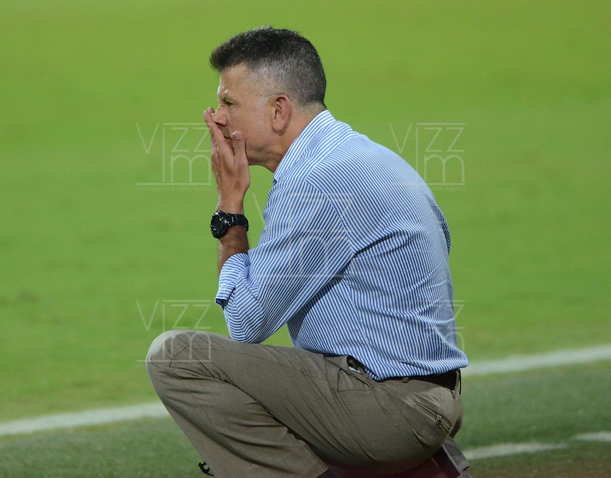 MEDELLÍN -COLOMBIA-16-05-2015. Juan Carlos Osorio tácnico de Atlético Nacional gesticula durante el encuentro con Cúcuta Deportivo por la fecha 20 de la Liga Aguila I 2015 jugado en el estadio Atanasio Girardot de la ciudad de Medellín./ Juan Carlos Osorio of Atletico Nacional thinks during the match against Cucuta Deportivo for the  20th date of the Aguila League I 2015 at Atanasio Girardot stadium in Medellin city. Photo: VizzorImage/León Monsalve/ Cont