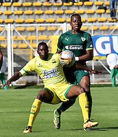 BOGOTA - COLOMBIA -05 -11-2016: Carlos Peralta (Der.) jugador de La Equidad disputa el balón con Michael Balanta (Izq.) jugador de Atletico Bucaramanga, durante partido entre La Equidad y Atletico Bucaramanga, por la fecha 19 de la Liga Aguila II-2016, jugado en el estadio Metropolitano de Techo de la ciudad de Bogota. / Carlos Peralta (R) player of La Equidad vies for the ball with Michael Balanta (L) player of Atletico Bucaramanga, during a match La Equidad and Atletico Bucaramanga, for the  date 19 of the Liga Aguila II-2016 at the Metropolitano de Techo Stadium in Bogota city, Photo: VizzorImage  / Luis Ramirez / Staff.