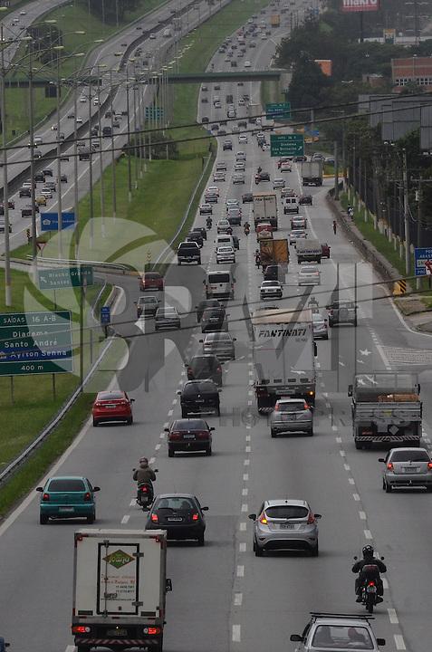 SAO PAULO, SP, 27 DEZEMBRO 2012 - Transito intenso na Rodovia Anchieta, sentido Litoral,  na tarde desta quinta feira, 27. Mesmo o tempo fechado nao diminui o trafego sentido litoral. (FOTO: ALEXANDRE MOREIRA / BRAZIL PHOTO PRESS).
