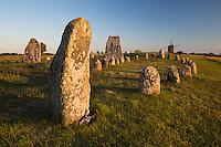 Sweden, Kalmar laen, island Oeland, Gettlinge: Viking stone ship burial ground of Gettlinge and wooden windmill | Schweden, Kalmar laen, Insel Oeland, Gettlinge: das Graeberfeld (Schiffssetzung) Gettlinge (Gettlinge gravfaelt) und eine hoelzerne Windmuehle