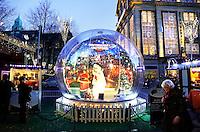 Grote Snowball op het Damrak in Amsterdam tijdens de Wintermarkt