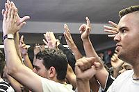 SÃO PAULO, SP, 08.11.2015 - TORCIDA-CORINTHIANS - Torcedores do Corinthians assitem o jogo Figuerense x Atlético Mineiro válido pela 34ª rodada do Campeonato Brasileiro, na quadra da escola de samba Gaviões da Fiel, no bairro do Bom Retiro na região norte da cidade de São Paulo na tarde deste domingo, 08. (Foto: Marcos Moraes / Brazil Photo Press)
