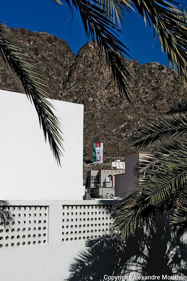 Le culte de la personnalit&eacute; du sultan. Ici, Une effigie g&eacute;ante sur le flanc de la montagne.<br /> <br /> Lire l'article dans la revue de g&eacute;opolitique Diploweb:<br /> http://www.diploweb.com/Geopolitique-d-Oman.html<br /> Le FERAM (Forum d'Echanges et de Rencontres Administratifs Mondiaux):<br /> http://www.feram.org/page.asp?ref_arbo=2613&amp;ref_page=11044<br /> Le GERM (Groupe d'Etudes et de Recherches sur les Mondialisations):<br /> http://www.mondialisations.org/php/public/art.php?id=39387&amp;lan=FR<br /> En Gr&egrave;ce, dans la revue Anixneuseis:<br /> http://www.anixneuseis.gr/?p=140527<br /> La revue des id&eacute;es, Fondation Jean Jaures, n&deg;643, 08/03/2016, http://newsletter.jean-jaures.org/2016/0308/ri643/ri.html<br /> Le Petit Fut&eacute; :<br /> https://www.petitfute.com/p175-oman/guide-touristique/c7253-histoire.html et https://www.petitfute.com/p175-oman/guide-touristique/c7256-politique-et-economie.html<br /> En source  http://www.iris-france.org/80834-oman-une-autre-geopolitique-dans-le-monde-arabe/<br /> <br /> &quot;Discret, le sultanat d&rsquo;Oman devient un acteur &agrave; consid&eacute;rer. En quoi ses choix politiques, pass&eacute;s et pr&eacute;sents, impactent-ils la r&eacute;gion et son territoire ? La soci&eacute;t&eacute; qui les porte est-elle aussi stable que son image aimerait nous le faire croire ? A. Mouthon pr&eacute;sente une solide &eacute;tude, appuy&eacute;e sur un terrain, illustr&eacute; d&rsquo;une carte et de photographies&quot;. Diploweb-2016