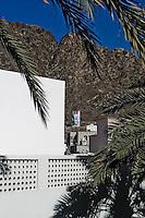 """Le culte de la personnalité du sultan. Ici, Une effigie géante sur le flanc de la montagne.<br /> <br /> Lire l'article dans la revue de géopolitique Diploweb:<br /> http://www.diploweb.com/Geopolitique-d-Oman.html<br /> Le FERAM (Forum d'Echanges et de Rencontres Administratifs Mondiaux):<br /> http://www.feram.org/page.asp?ref_arbo=2613&ref_page=11044<br /> Le GERM (Groupe d'Etudes et de Recherches sur les Mondialisations):<br /> http://www.mondialisations.org/php/public/art.php?id=39387&lan=FR<br /> En Grèce, dans la revue Anixneuseis:<br /> http://www.anixneuseis.gr/?p=140527<br /> La revue des idées, Fondation Jean Jaures, n°643, 08/03/2016, http://newsletter.jean-jaures.org/2016/0308/ri643/ri.html<br /> Le Petit Futé :<br /> https://www.petitfute.com/p175-oman/guide-touristique/c7253-histoire.html et https://www.petitfute.com/p175-oman/guide-touristique/c7256-politique-et-economie.html<br /> En source  http://www.iris-france.org/80834-oman-une-autre-geopolitique-dans-le-monde-arabe/<br /> <br /> """"Discret, le sultanat d'Oman devient un acteur à considérer. En quoi ses choix politiques, passés et présents, impactent-ils la région et son territoire ? La société qui les porte est-elle aussi stable que son image aimerait nous le faire croire ? A. Mouthon présente une solide étude, appuyée sur un terrain, illustré d'une carte et de photographies"""". Diploweb-2016"""