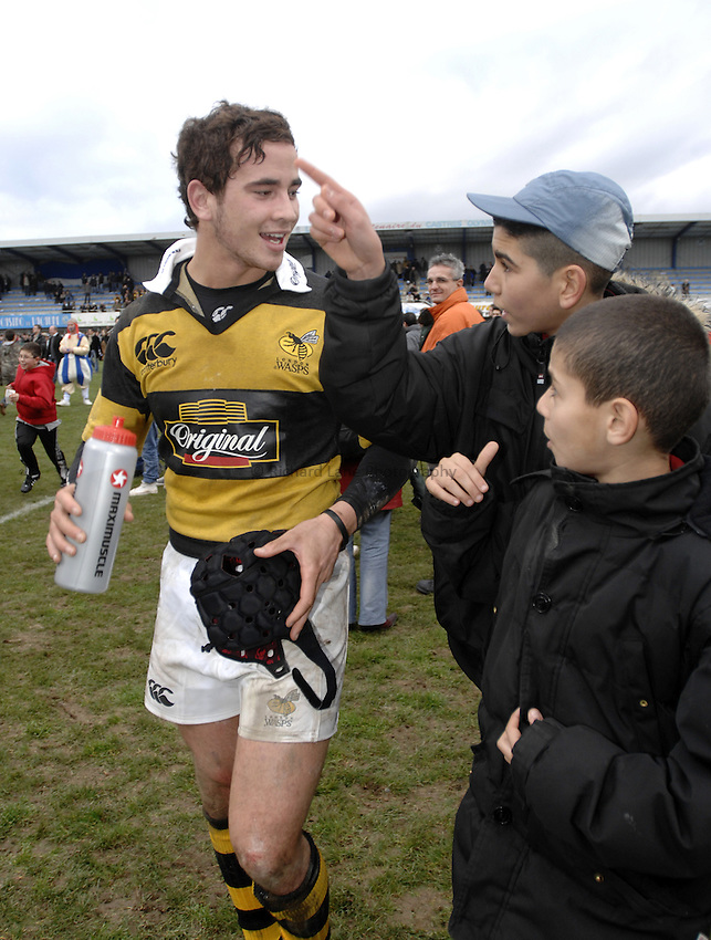 Photo: Richard Lane..Castres v London Wasps. Heineken Cup. 20/01/2007. .Wasps' Danny Cipriani chats to Castres fans as he leaves the field.