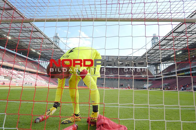 Timo HORN  (Torwart 1.FC Koeln) <br /> packt nach <br /> Spielende Trinkflaschen und Handtuch zusammen.<br /> Sport: Fussball: 1. Bundesliga: Saison 19/20: 26.Spieltag: 1.FC KOELN-FSV MAINZ 05,17.05.2020.<br /> Foto: Anke Waelischmiller/SVEN SIMON/POOL<br /> Nur für journalistische Zwecke! Only for editorial use!<br /> Gemäß den Vorgaben der DFL Deutsche Fußball Liga ist es untersagt, in dem Stadion und/oder vom Spiel angefertigte Fotoaufnahmen in Form von Sequenzbildern und/oder videoähnlichen Fotostrecken zu verwerten bzw. verwerten zu lassen. DFL regulations prohibit any use of photographs as image sequences and/or quasi-video.