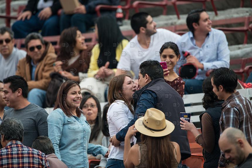 CIUDAD DE MEXICO, D.F. 28 Diciembre.-  Piden matrimonio  durante la decima corrida en la Plaza México de la Ciudad de México, 28 de diciembre de 2014.  FOTO: ALEJANDRO MELENDEZ