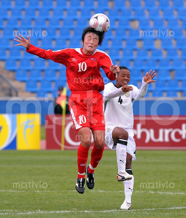 Fussball Frauen FIFA U 17  Weltmeisterschaft 2008     29.10.2008 Nordkorea - Ghana Hwa Myong JON (li,PRK) gegen Linda Eshun (re,GHA)