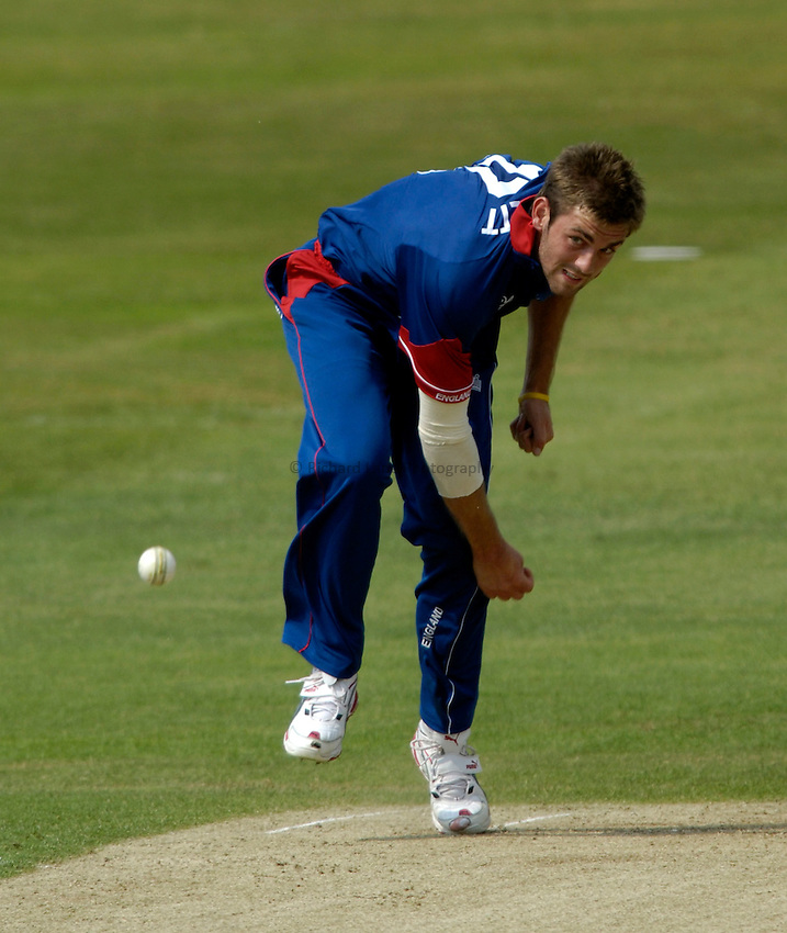 Photo: Jed Wee..England v Sri Lanka. Natwest One Day International Series. 01/07/2006..England's Liam Plunkett bowls.